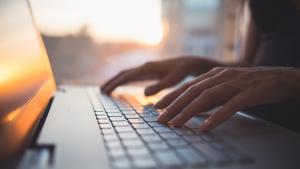 Agence web marketing Marseille - Photo montrant une personne avec un ordinateur !