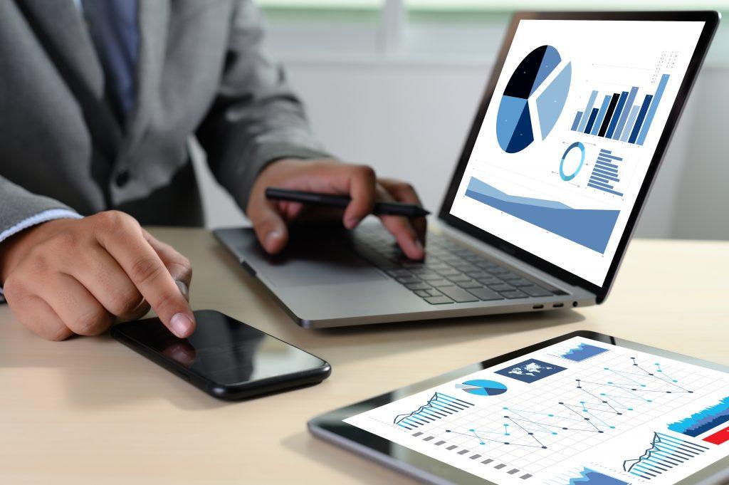 agence adwords - une photo d'une personne qui regarde Google Analytics