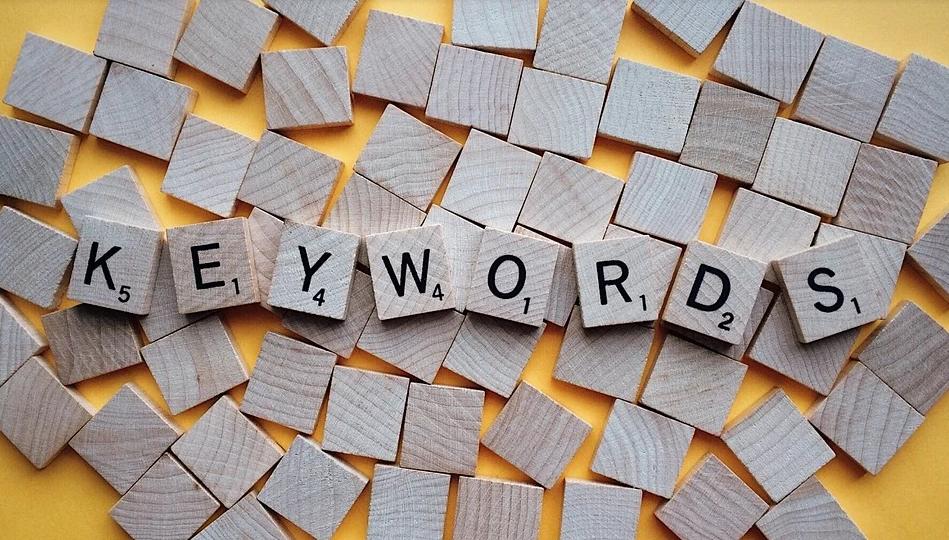 Mots clés Google - Photo montrant des cubes en bois avec le mot keyword