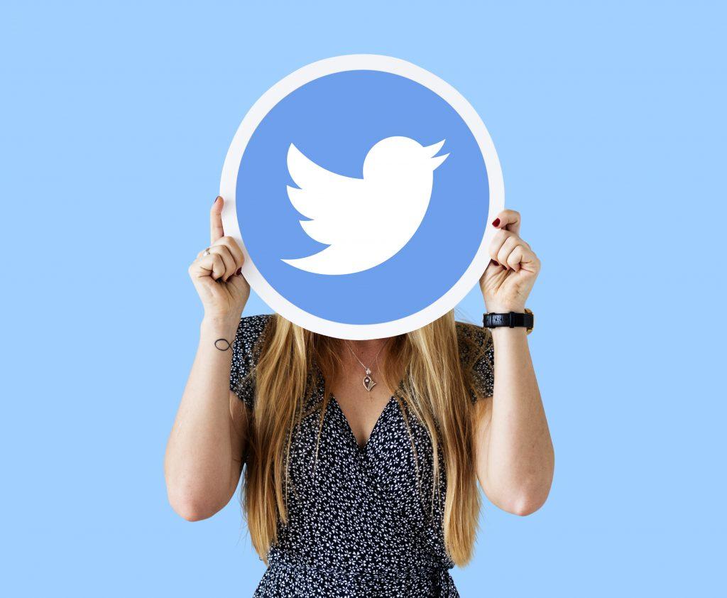 Réseau social entreprise - les réseaux sociaux pour les entreprises représentés par une femme avec le logo de Twitter sur la tête