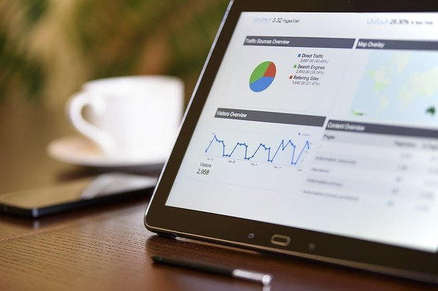Webmarketing - ordinateur avec des résultats d'analyse de données