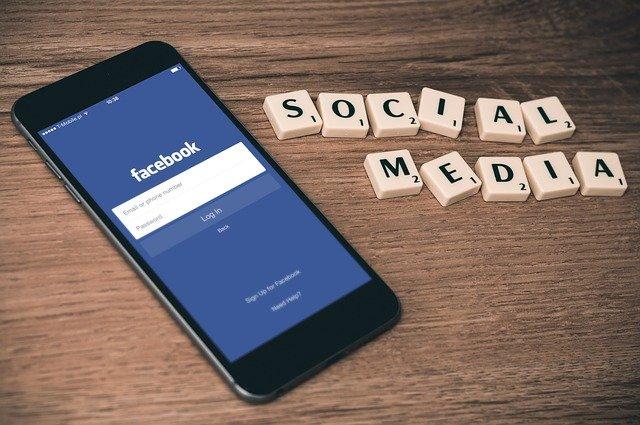 image représentant un mobile avec application facebook et des pièces 3D social média - smo marseille - agence googleads marseille