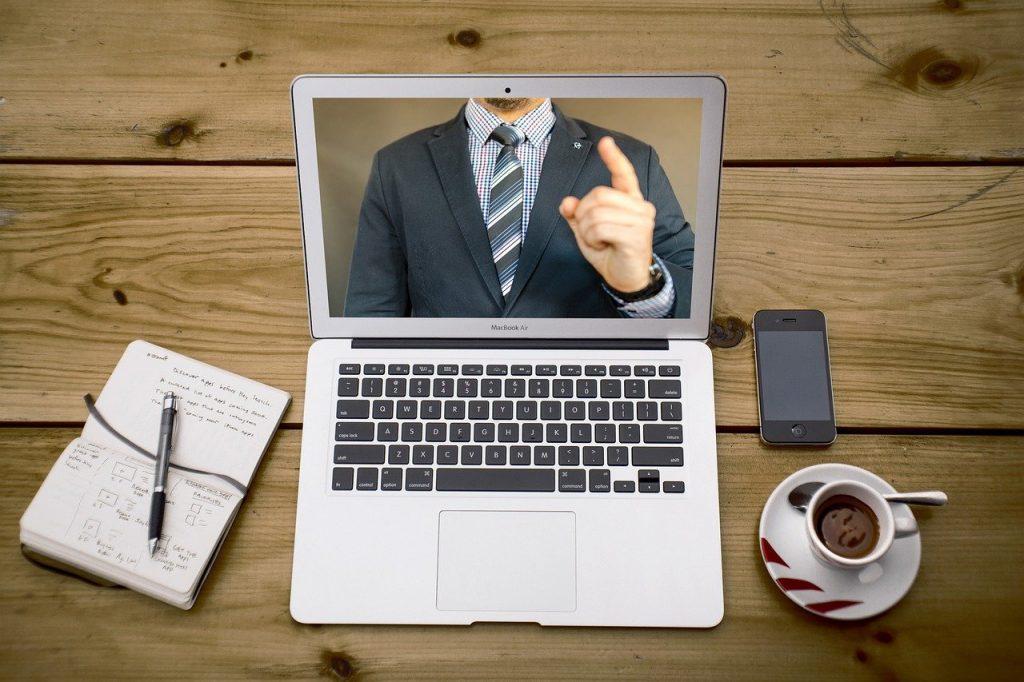 Bureau avec ordinateur et lecture de vidéo