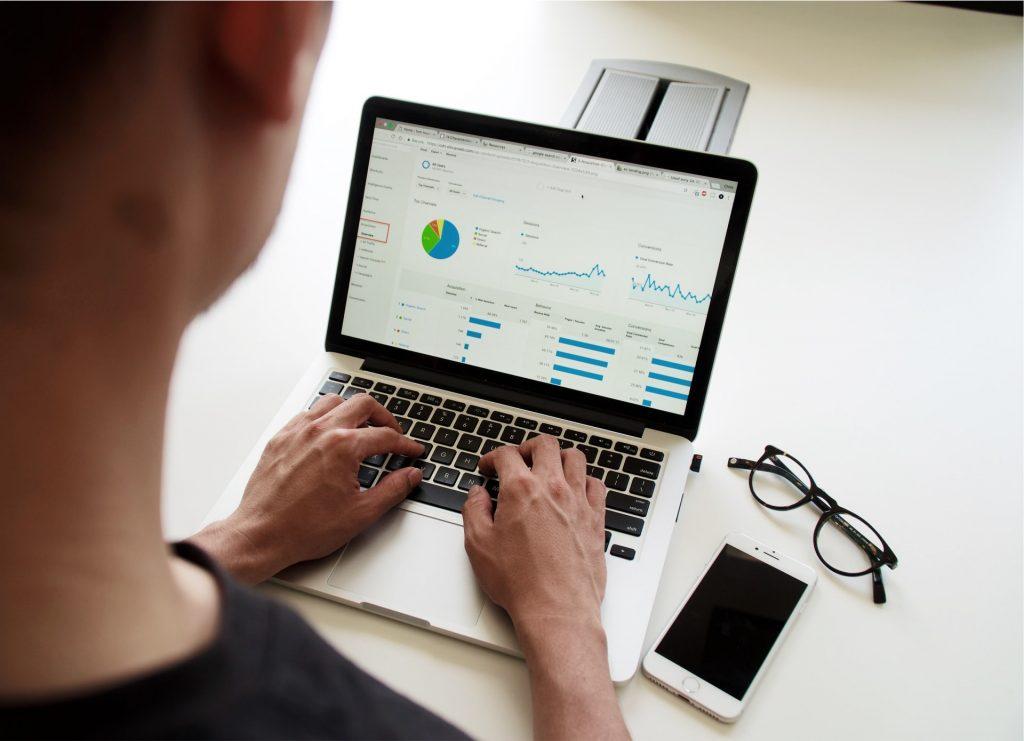 personne qui analyse les statistiques sur son ordinateur