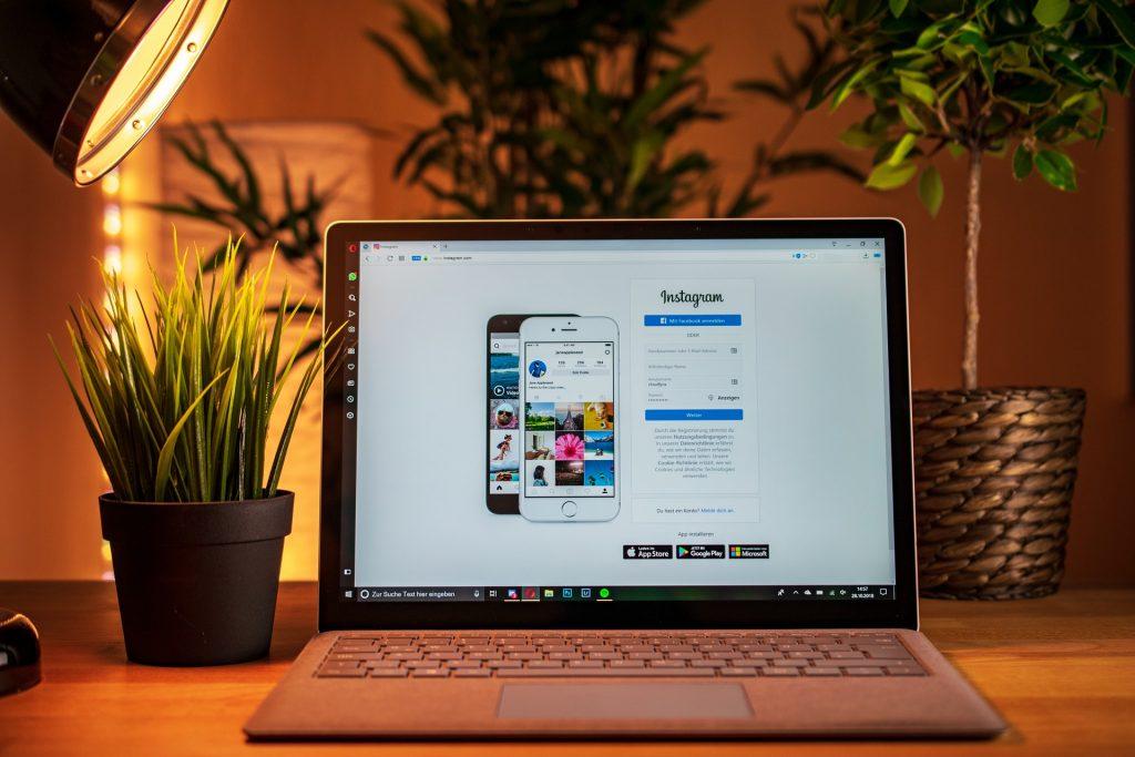ordinateur avec page de connexion instagram