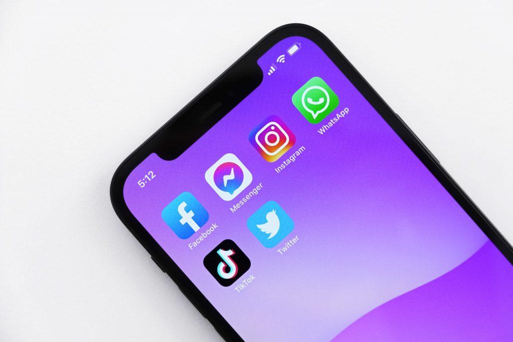 iphone avec différents réseaux sociaux