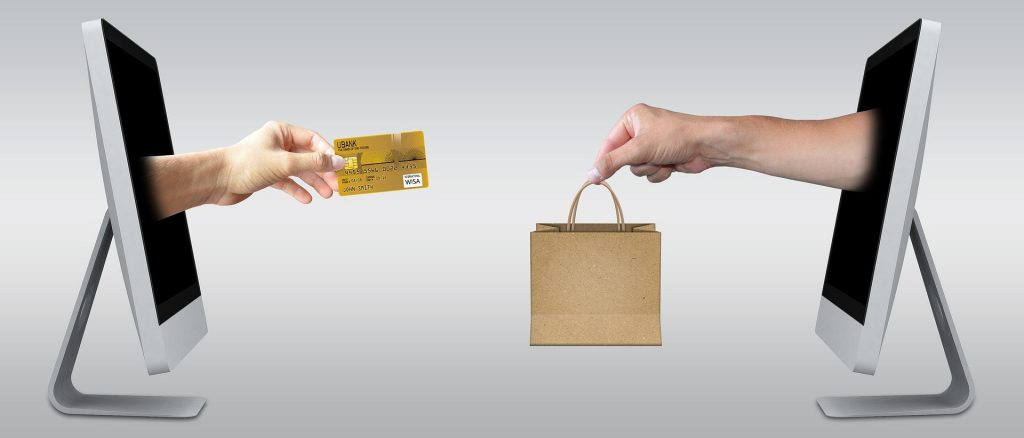 photo avec un ordinateur et une carte bleue et un ordinateur avec un sac, social selling